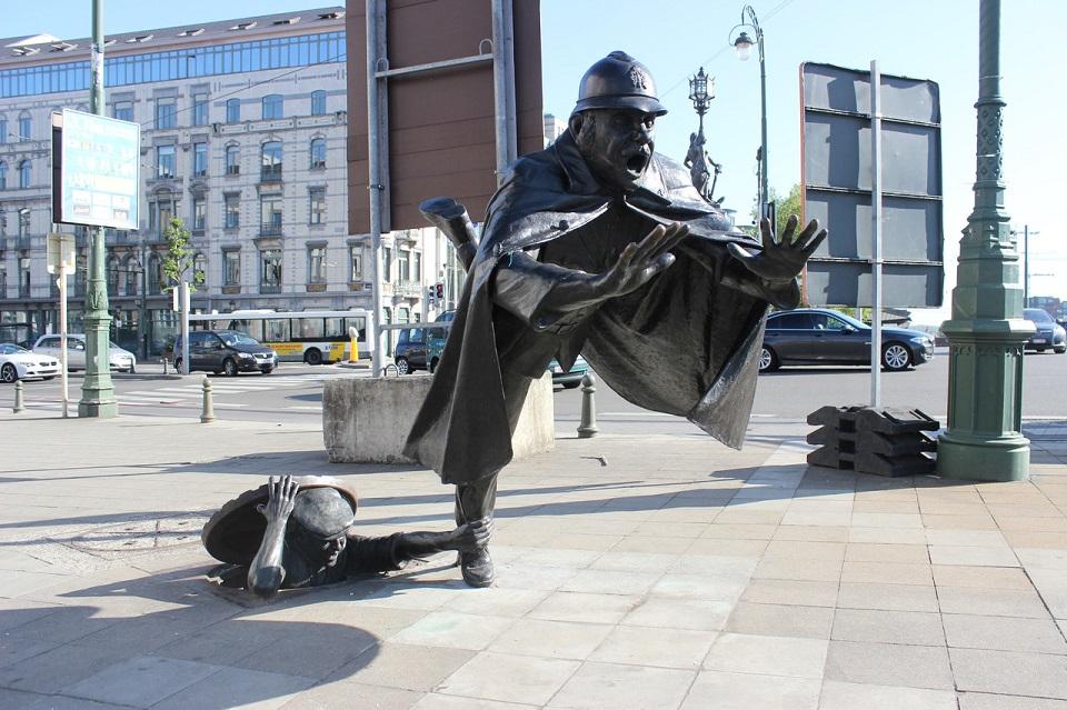 De Vaartkapoen (Policeman Being Tripped), Brussels, Belgium